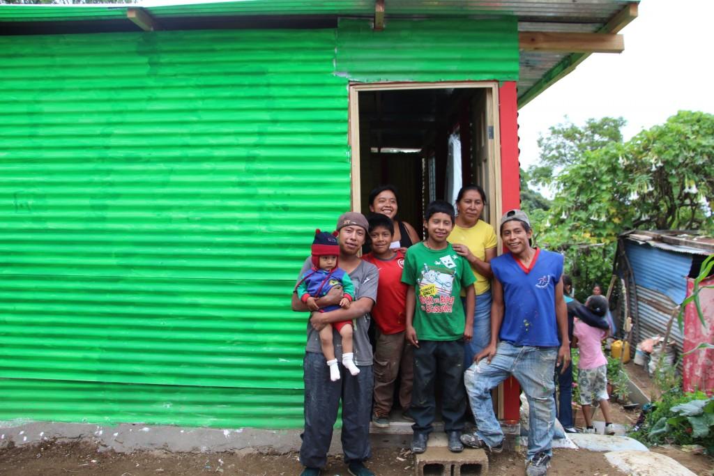 משפחתה של דונה פנצ'ה,  שהחלוצים בנו את ביתה החדש.