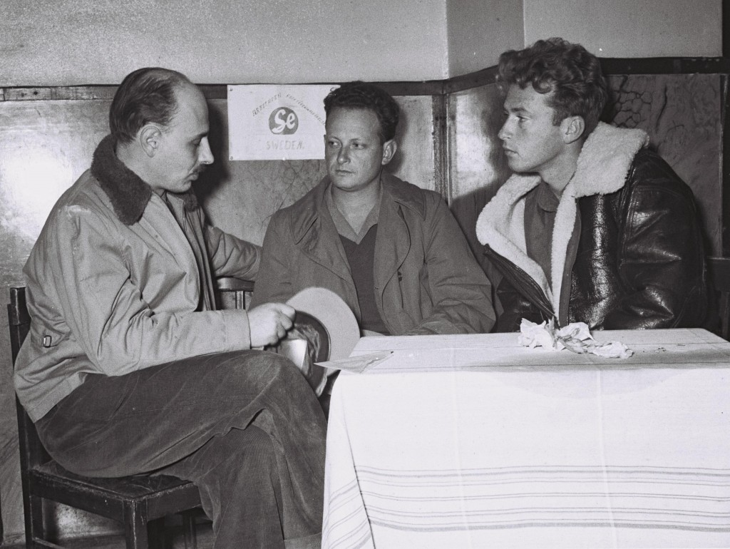 CHIEF OF OPERATIONS YIGAEL YADIN (LEFT) IN CONFERENCE WITH YIGAL ALLON AND YITZHAK RABIN (R). øàù àâó îáöòéí éâàì éãéï (îùîàì) áéùéáä òí éâàì àìåï åéöç÷ øáéï (îéîéï).