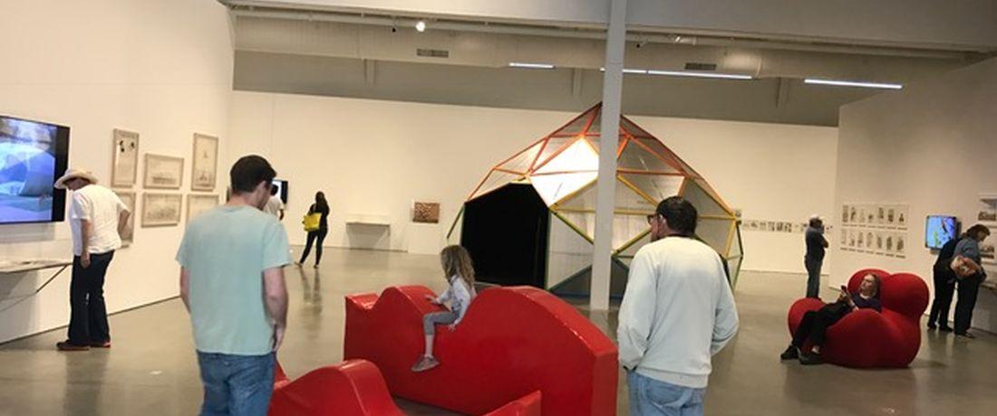 ביקור בתערוכה היפי מודרניזם: המאבק לאוטופיה